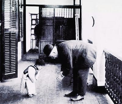 男护士2次遇到患者行礼感谢 后悔还礼时鞠躬不够深