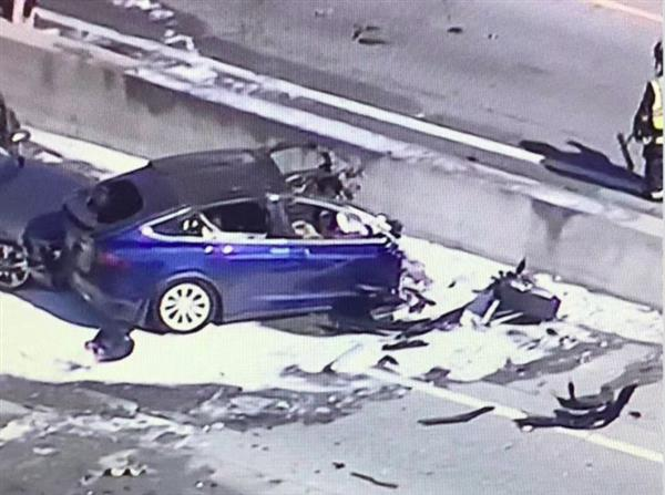 特斯拉Model X高速上撞护栏电池起火:车主身亡