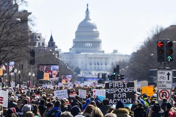 全美各地爆发学生反枪支大游行 呼吁枪支管控