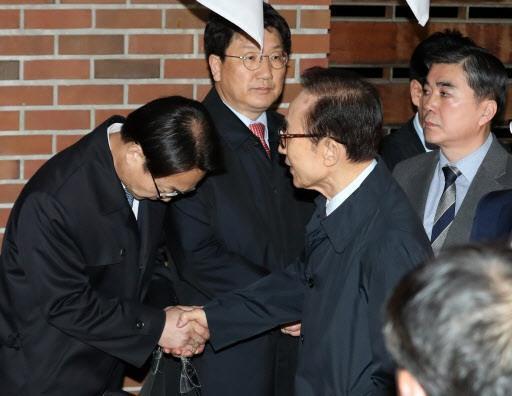 李明博被抓时 韩国各家电视台居然是这画风……