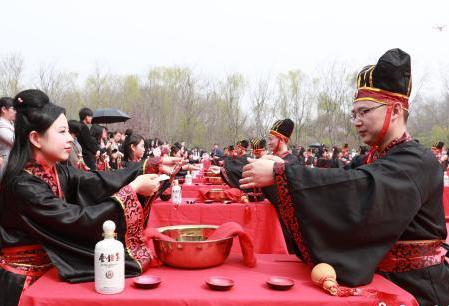 安徽上演复古集体婚礼 新人穿汉服行汉礼