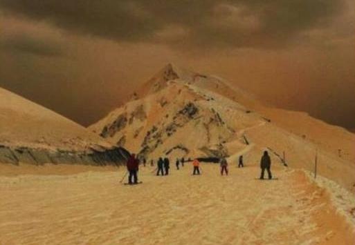 """欧洲天降""""橙雪"""" 网友:像世界末日和登陆火星"""