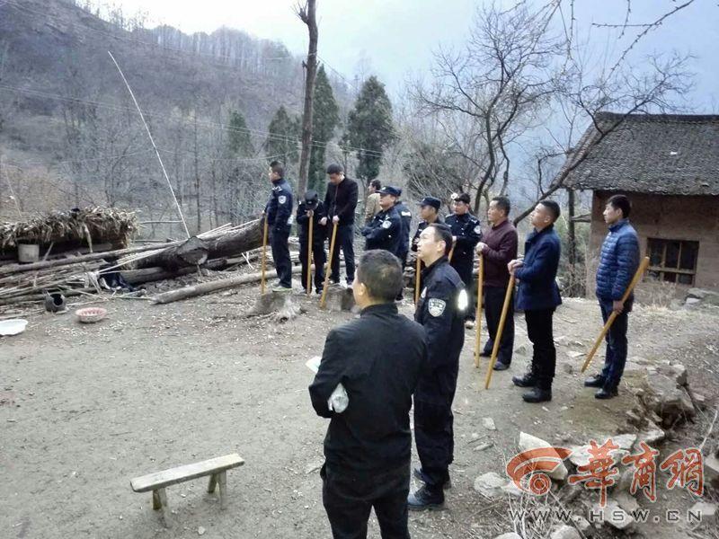 商洛男子持菜刀连抢2人后逃进深山 民警携无人机警犬抓捕