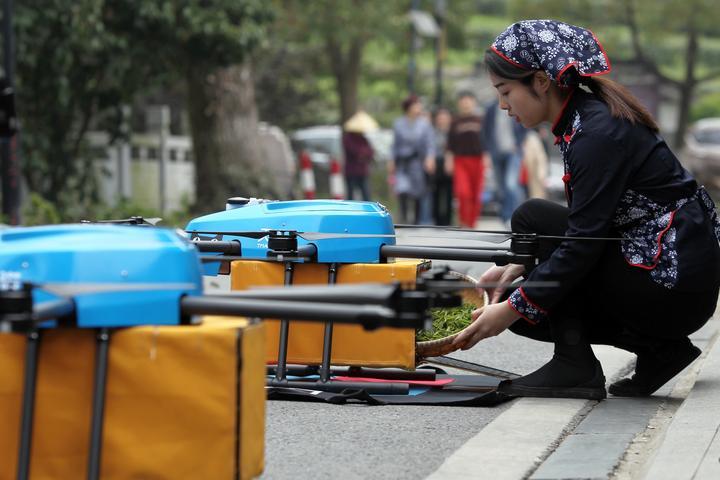 龙井采摘完用无人机运输 头茶提前2小时上市