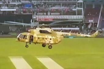 比赛前球场被淋湿怎么办?巴铁兄弟用直升机吹干