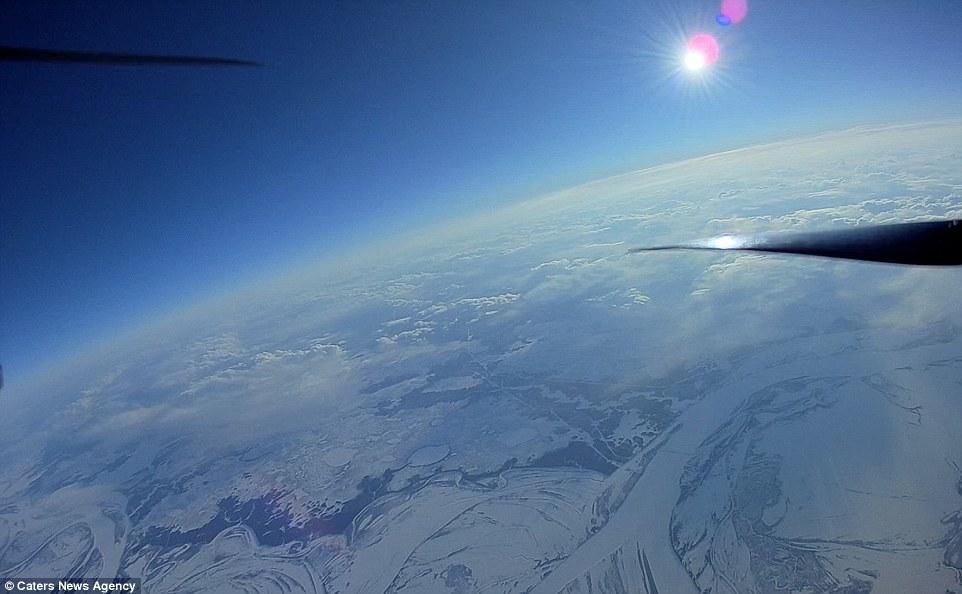 俄罗斯男子DIY无人机创纪录 四旋翼飞到万米高空!