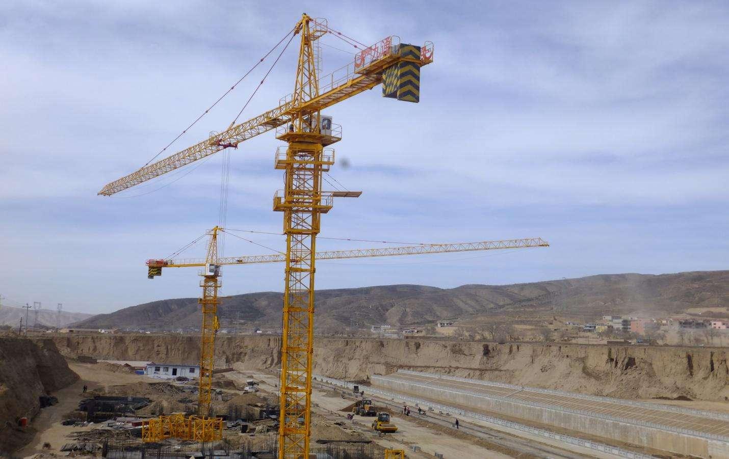 三名工人被困35米高塔吊 消防无人机投送食品救援