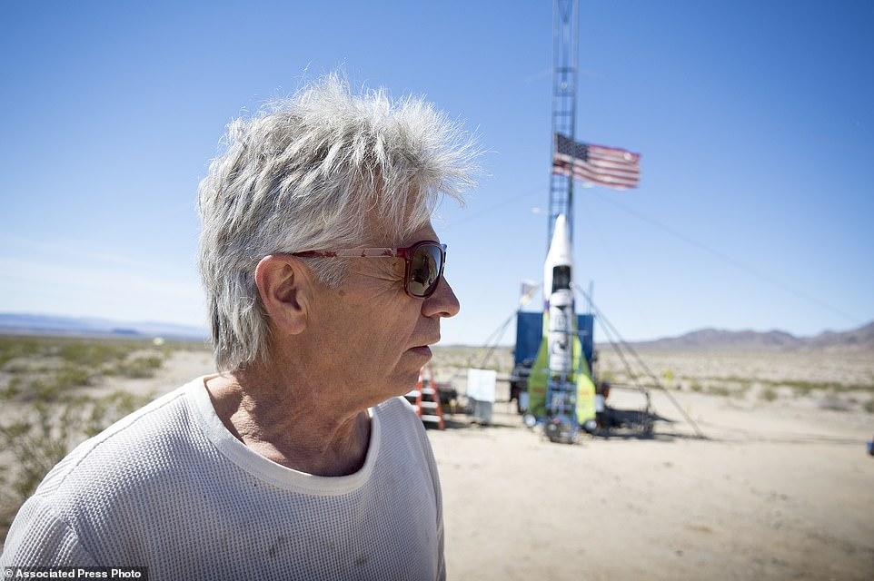 大叔用自制火箭把自己炸上天:只为证明地球是平的