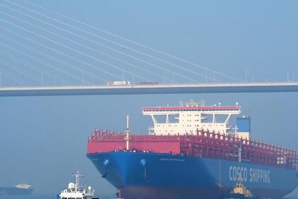 400米长集装箱船江苏试航 甲板面积超4个足球场