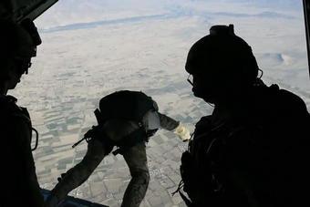 美国特种兵艺高人胆大:高跳低开特技跳伞