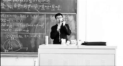 大学老师课间唱《吻别》走红 唱歌后学生上课更认真
