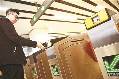 地铁上半年将实现刷二维码乘车