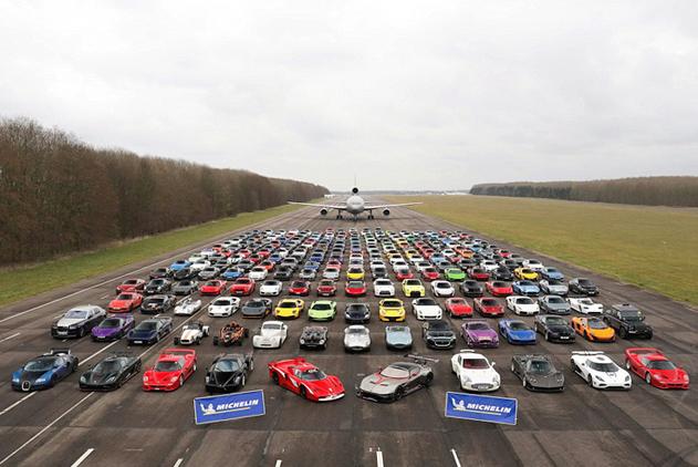 英私人机场聚集逾300辆超级跑车 总价值6.7亿元