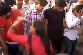 印4名强奸犯被游街示众 妇女掌掴为受害者出气