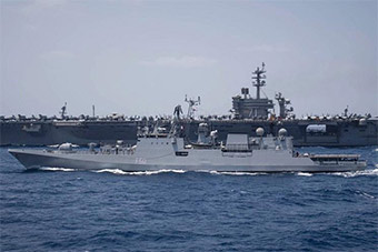 美航母与印隐身护卫舰并排航行联合军演