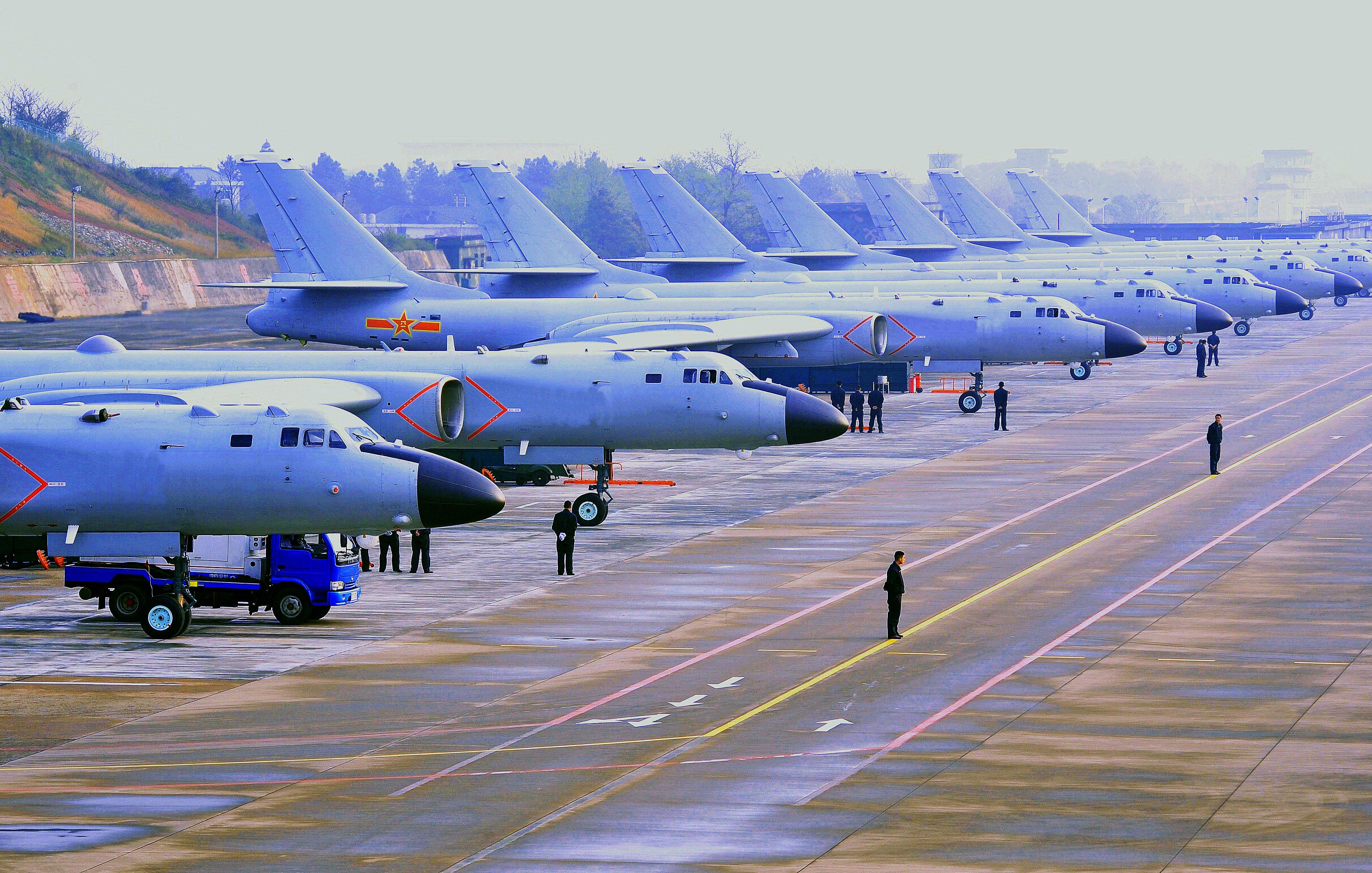 空军罕见派12架轰6K远程机动 演练内容引猜想
