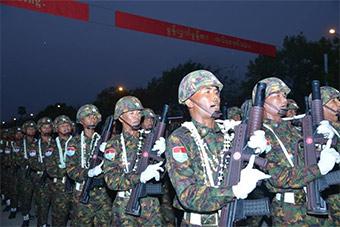 缅甸建军纪念日阅兵 仪仗队步枪像极95步枪