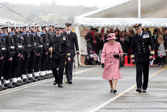 英国海军旗舰海洋号退役 女王亲自出席仪式