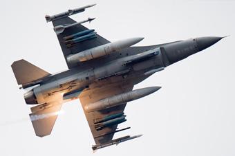 胡塞武装发射导弹 阿联酋F-16险被击中 命大!