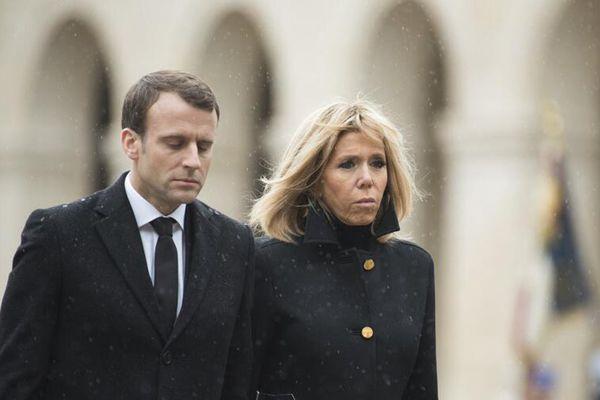 法国为英雄警察举行国葬 马克龙偕妻子出席神情严肃