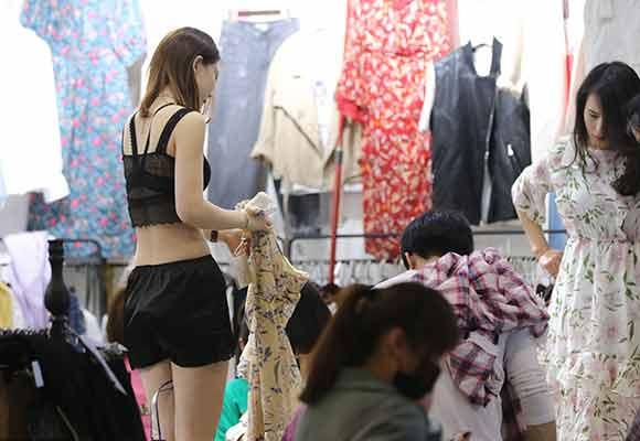 试衣模特市场当众换衣服 有人月入过万元