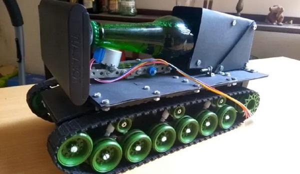 大神把玩具坦克改装成机器人 送啤酒还能语音操作