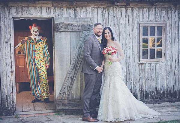 美国一调皮新郎拍恶搞婚纱照给新娘当惊喜