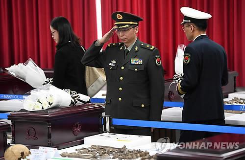 韩媒:韩向中方移交20具在韩志愿军遗骸 韩防长出席仪式