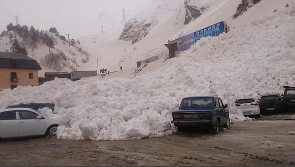 俄罗斯滑雪胜地突发雪崩 积雪淹没山下停车场