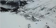 西藏高原再起暴风雪 官兵翻山越岭送物资