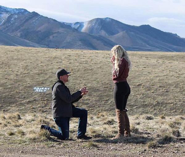 """美国一父亲举""""别嫁""""字牌助兴女儿被求婚现场"""