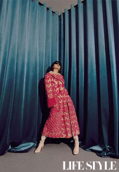 阚清子封面展现冷性感 风格多变时尚度爆表