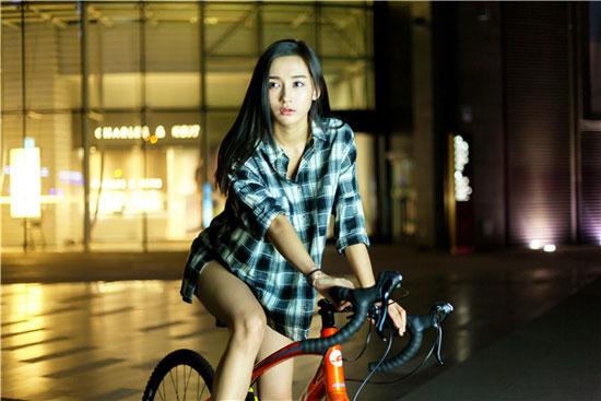 李若宁骑行大片曝光  随性自然展现运动之美