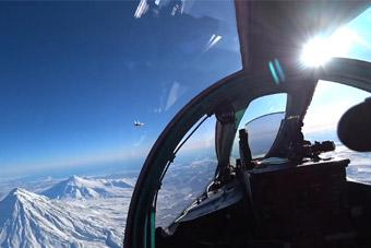 俄军战机远程奔袭赴北极拦截敌机 齐射多枚导弹