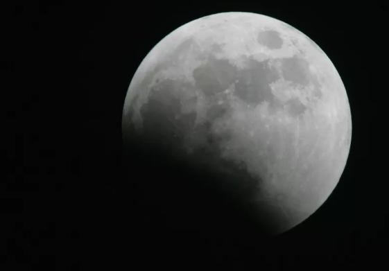 天文学家使用AI在月球上发现6000个新陨石坑