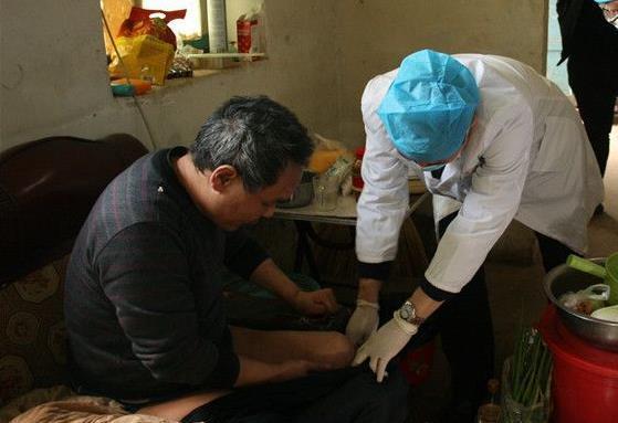 难忍病痛自断右腿的陕西男子左腿开始溃烂,镇村干部组织救助