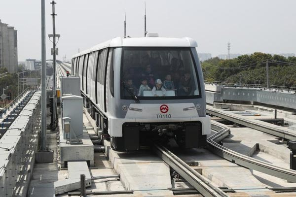 上海首条无人驾驶轨道交通线试运营
