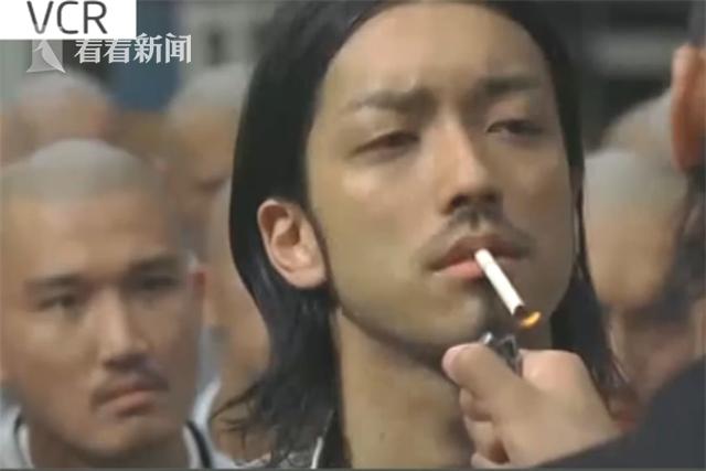 男子找前任复合被拒 竟要警察点烟:我问你点不点?