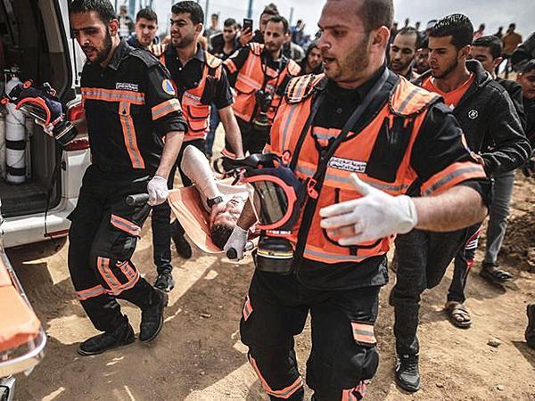 加沙上万巴勒斯坦人示威变流血冲突,伤亡逾千人