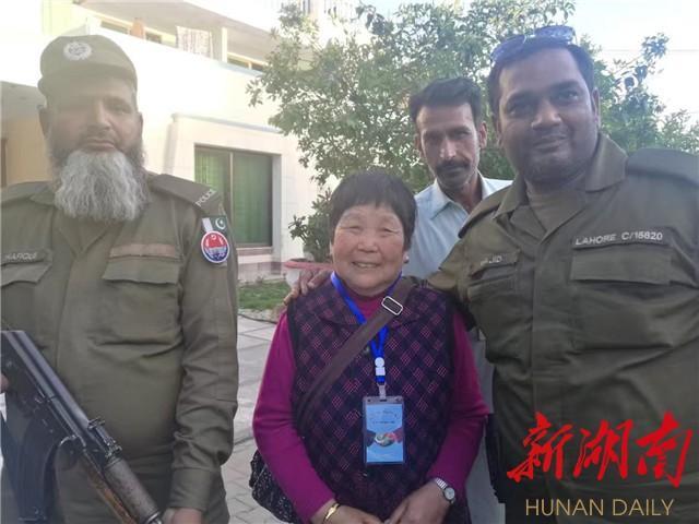 """巴基斯坦警察:""""我们一定保护好中国阿妈和兄弟"""""""