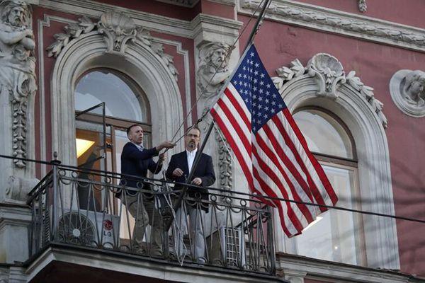 美国驻圣彼得堡领事馆关闭 工作人员摘下国旗