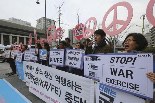 韩国民众在美大使馆外集会 抗议韩美联合军演启动