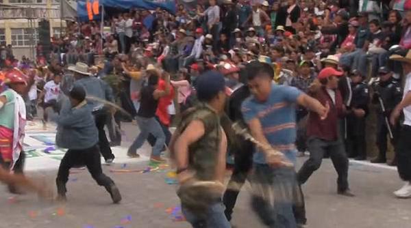 墨西哥虔诚天主教徒街头互相鞭打 以忏悔赎罪