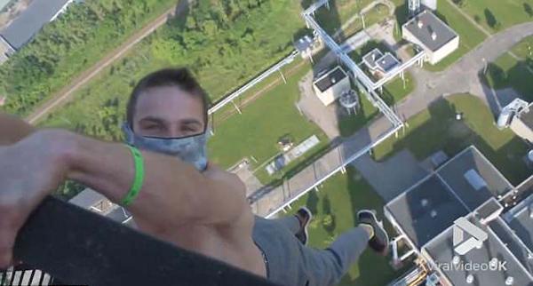 胆战心惊!立陶宛男子200米高烟囱栏杆外悬空