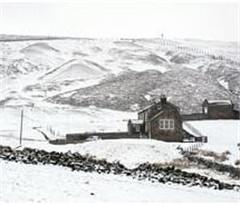 受雨雪及施工影响 英国民众复活节后出行受阻