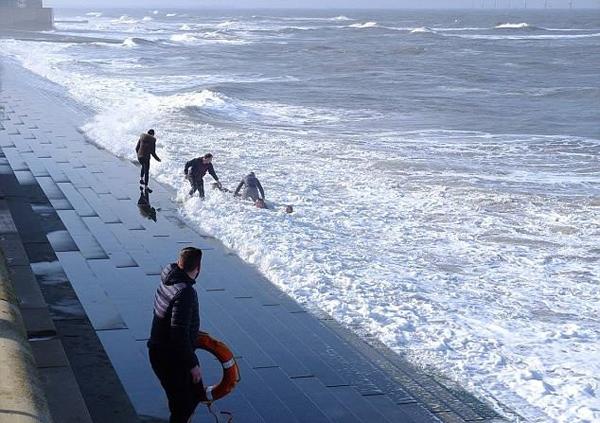 英国3人搭救落海者反落水 被众人组人链搭救