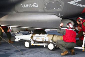 F-35B上舰实战部署后首次挂弹 在南海附近转悠