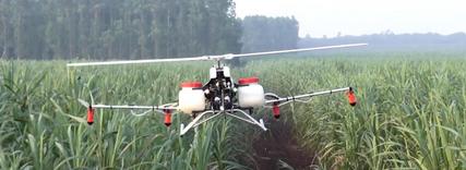 14架大型无人机农田上空盘旋 一小时防治数百亩小麦