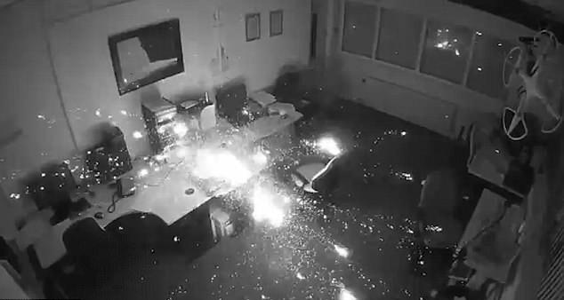 英办公楼内笔记本电脑充电时自燃引发火灾