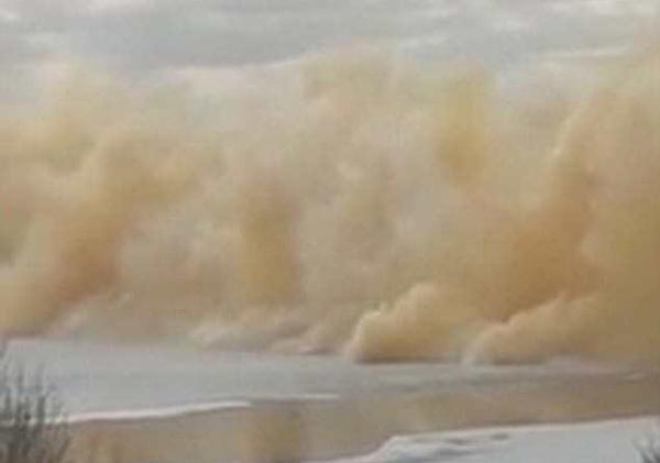 哈萨克斯坦河流爆炸破冰 强大冲击波震碎窗户